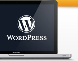 Maquetación para wordpress, logo wordpress en macbook